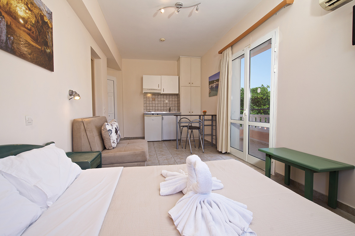 No 10.Three-bed studio on 2nd floor with balcony and view on the swimming pool (THEODORA STUDIOS & APARTMENTS)