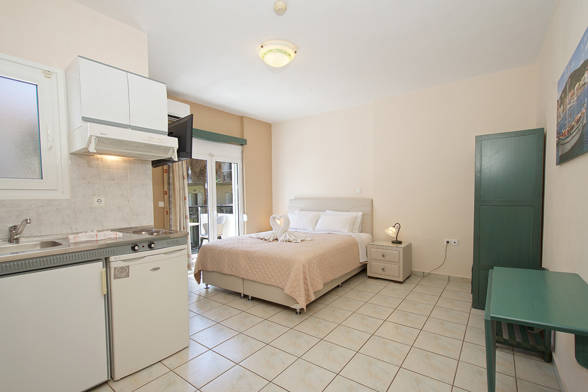 No 10. Studio on 1st floor with balcony and side sea view (AEGEALIS STUDIOS & APARTMENTS)