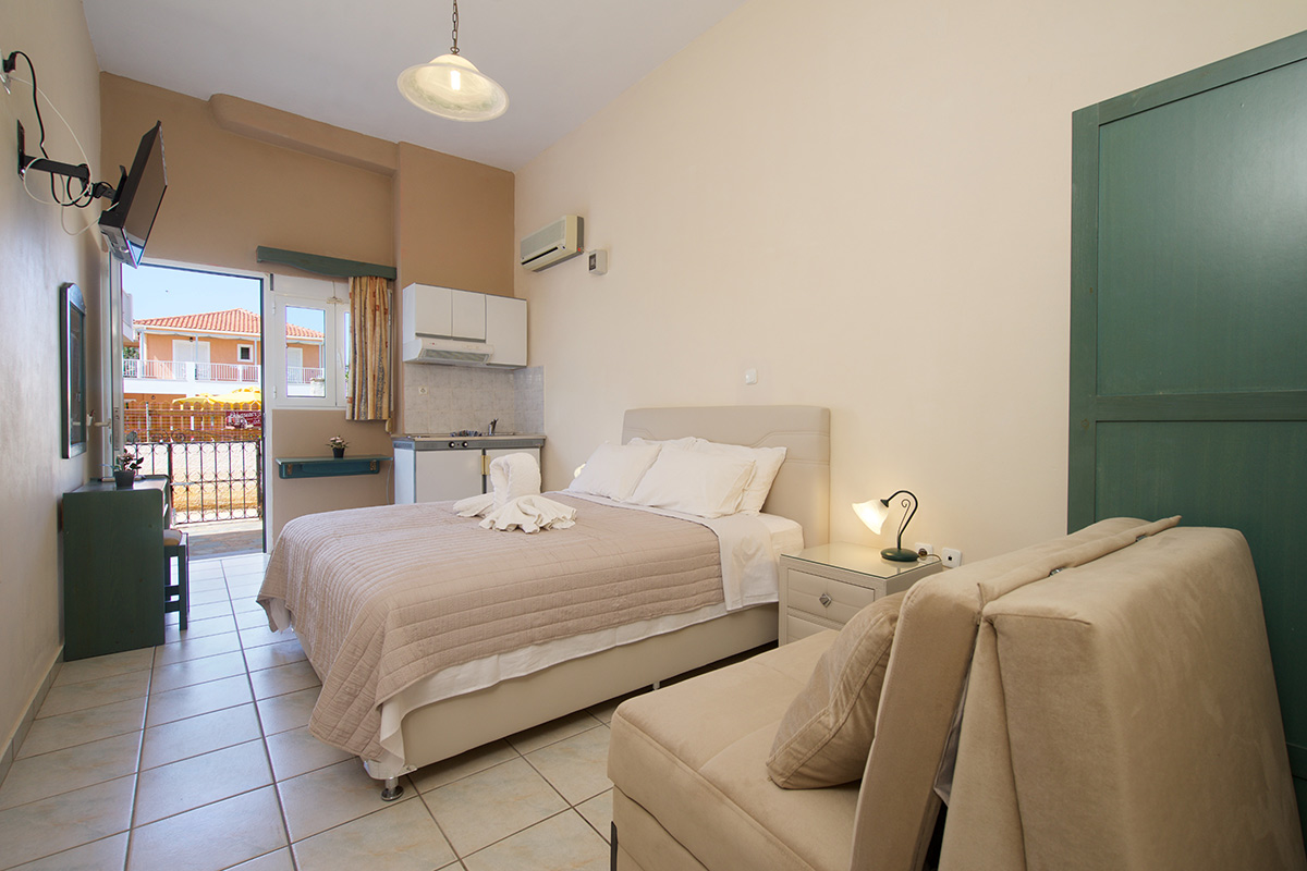 No 3. Three-bed studio on the ground  floor with side sea view. (AEGEALIS STUDIOS & APARTMENTS)