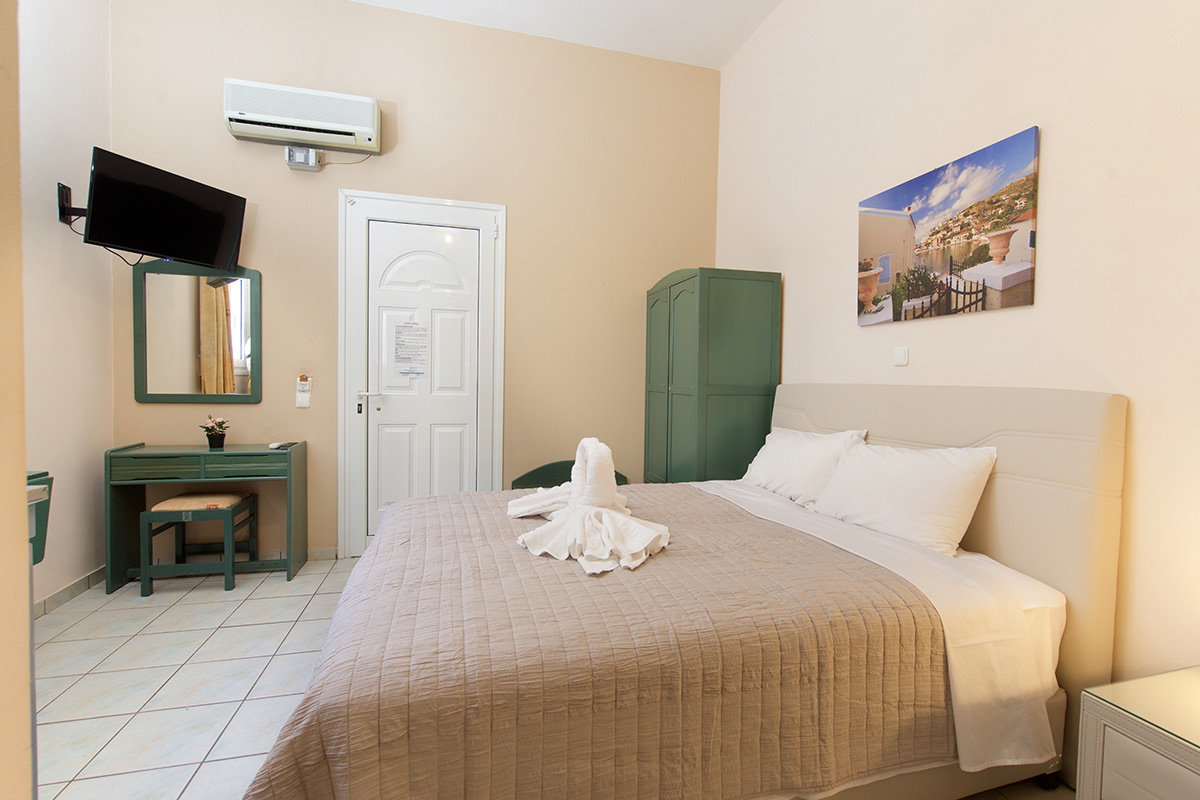 No 5. Three-bed studio on the ground floor with rear garden view (AEGEALIS STUDIOS & APARTMENTS)